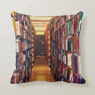 De kleurrijke Boeken van de Bibliotheek werpen Sierkussen