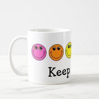 De kleurrijke Gezichten Smiley houden glimlachend Koffiemok