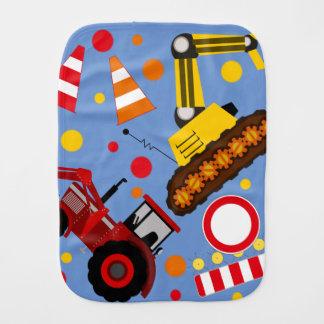 De kleurrijke tractor en bulldozerjongen van het monddoekje