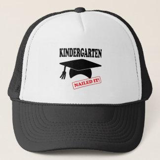 De kleuterschool nagelde het trucker pet