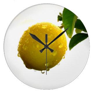 De klok gele citroen van de muur