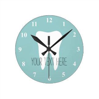 De klok van de het kantoormuur van de tandarts met