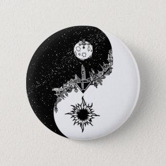 De Knoop van Yin Yang van de zon en van de Maan Ronde Button 5,7 Cm