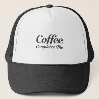 De koffie voltooit me trucker pet