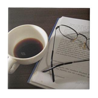 De Kop en het Boek van de koffie Keramisch Tegeltje