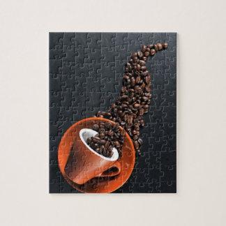 De kop van de koffie en gemorste bonen puzzel