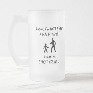 De korte Humor van Mensen; Niet zelfs een Halve Matglas Bierpul