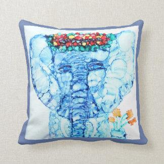 De kunst van de olifant werpt hoofdkussen in blauw sierkussen