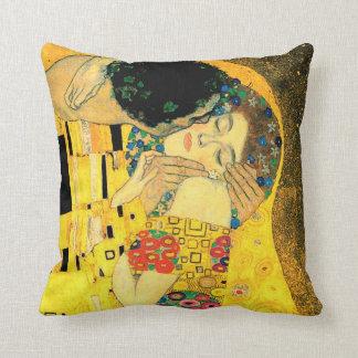 De kus door Gustav Klimt Fine Art Pillow Sierkussen