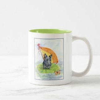 De Lancering van het Stootkussen van de lelie met Tweekleurige Koffiemok