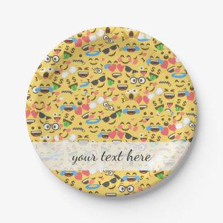 de leuke emojiliefde hoort de lachpatroon van de papieren bordje