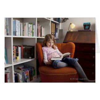 De lezing van het meisje door het boekenrek kaart