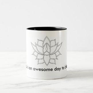 De lotusbloem van de ochtend tweekleurige koffiemok