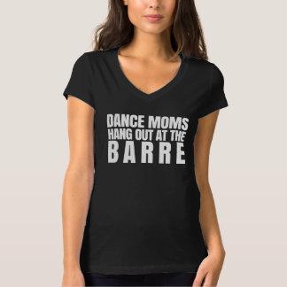 De Mamma's van de dans hangen uit bij de Staaf T Shirt