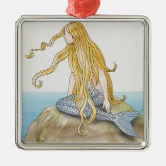 De meerminzitting van de blonde op zeerots, zilverkleurig vierkant ornament