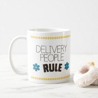 De Mensen van de levering beslissen Koffiemok