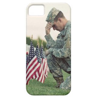 De militair bezoekt Graven op HerdenkingsDag Barely There iPhone 5 Hoesje