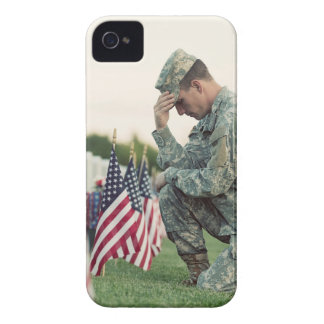 De militair bezoekt Graven op HerdenkingsDag iPhone 4 Hoesje