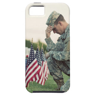De militair bezoekt Graven op HerdenkingsDag Tough iPhone 5 Hoesje