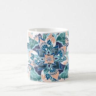 De moderne bloemenillustratie van de koraal blauwe koffiemok