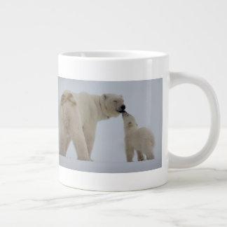 De Moeder van de Ijsbeer met Welp Grote Koffiekop