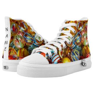 de mooie kleurrijke foto van glas marmeren ballen high top schoenen