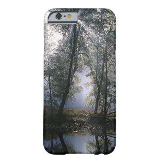 De mooie Stralen van de Zon door de BosBomen Barely There iPhone 6 Hoesje