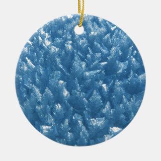 de mooie verse blauwe foto van ijskristallen rond keramisch ornament