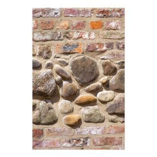 De muur van de baksteen en van de steen briefpapier