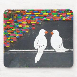 de muur van de baksteenvogel: graffiti muur muismat