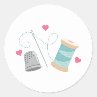 De Naaiende levering van het hart Ronde Sticker