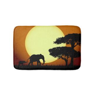 De olifanten van de safari bij zonsondergang badmat