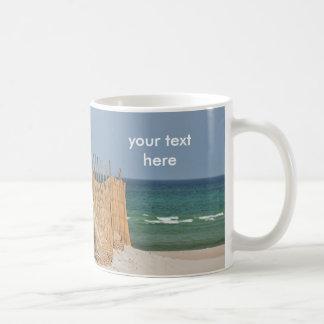 De omheining van het strand en zandduin koffiemok