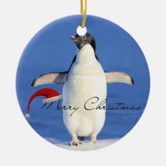 De omhelzingsKerstmis van de pinguïn Rond Keramisch Ornament