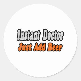 De onmiddellijke Arts… voegt enkel Bier toe Ronde Sticker