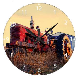 de oude wijnoogst van de tractor rode machine ronde klok large