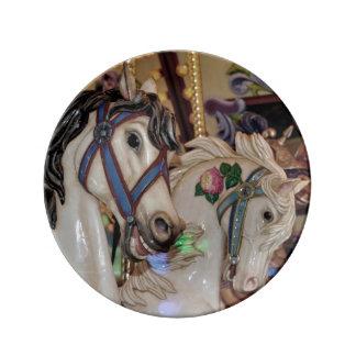 De paardendruk van de carrousel porselein bord