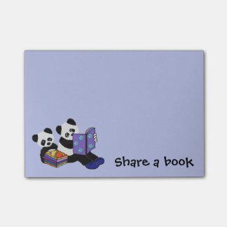 De panda draagt Storytime Post-it® Notes