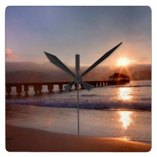 De pijler van het strand bij zonsondergang, Hawaï Vierkante Klok