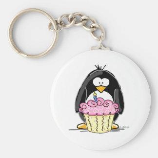 De Pinguïn van de verjaardag met Cupcake Basic Ronde Button Sleutelhanger