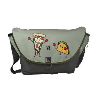 De Pizza van pepperonis VERSUS Taco: Mexicaan Courier Bag