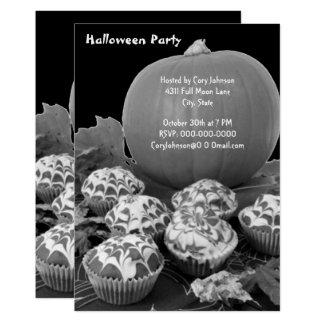 De pompoen en de Partij B&W van Cupcakes Halloween 12,7x17,8 Uitnodiging Kaart