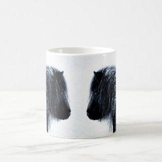 De poneys van Shetland in de winterMok Koffiemok