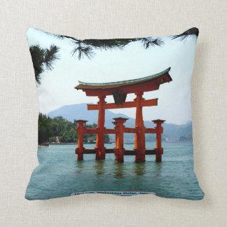 De poort van Torii, Itsukushima Heiligdom, Japan Sierkussen