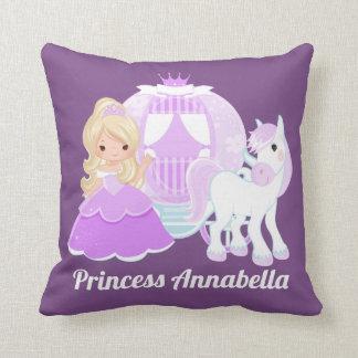 De prinses voegt het hoofdkussen van het het sierkussen