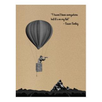 De reiziger van de wereld met hete luchtballon en briefkaart