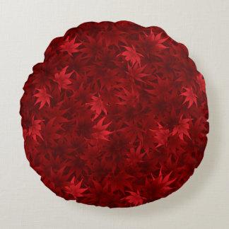 De rode esdoorn verlaat patroon rond kussen