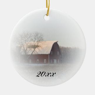 De Rode Gedateerde Schuur van Kerstmis van het Rond Keramisch Ornament