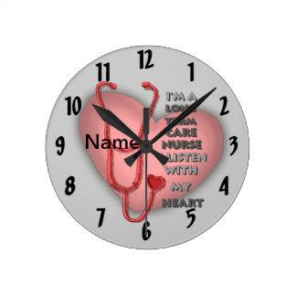 De rode Verpleegster Op lange termijn van de Zorg Ronde Klok Medium