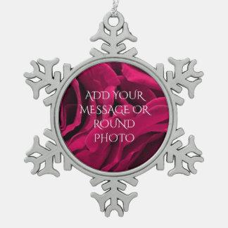 De romantische fuchsiakleurig roze bloemenfoto van tin sneeuwvlok ornament